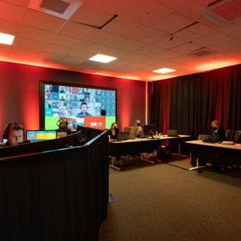 Professioneel vergaderen<br /> - Voorzitter + assistent/griffie in studio, deelnemers online<br /> - Infrastructuur in 3 eigen studio's of op locatie<br /> - online en interactief<br /> - Meekijken en luisteren door onbeperk