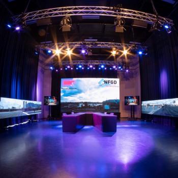 NFGD Studio aan t ij<br /> - V-tafel opstelling<br /> - 4 Monitoren van 65, ter ondersteuning van uw sessie<br /> - 3 Man assistentie (2 uur)<br /> - Optioneel LED hoofd- en/of zijscherm(en)