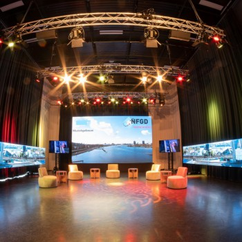 NFGD Studio aan t ij<br /> - Halve maan opstelling<br /> - Presentatiemogelijkheid + webcast<br /> - Lichtplafond<br /> - Optioneel LED hoofd- en/of zijscherm(en)