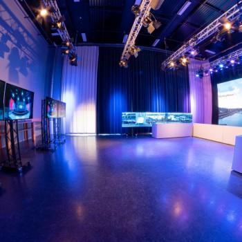 NFGD Studio aan t ij<br /> - Special AVA opstelling, ideaal voor (zakelijke) vergaderingen<br /> - Efficiënt en optimaal hybride vergaderen<br /> - 3 Dome cameras<br /> - Optioneel LED hoofd- en/of zijscherm(en)